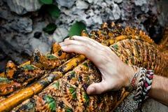 Man'shand op de leuningen in Boeddhistische tempel stock foto's