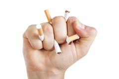 Manâs Hand, die Zigaretten zerquetscht Stockbild