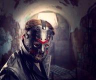 Maníaco de série na máscara do hóquei na câmara de tortura fotografia de stock