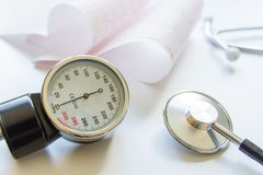 Manómetro, cardiograma y estetoscopio médicos Imagen de archivo libre de regalías