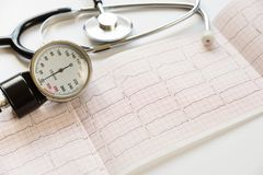 Manómetro, cardiograma y estetoscopio médicos Fotografía de archivo libre de regalías