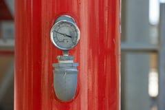 Manómetro de la presión en el tubo de la industria Imágenes de archivo libres de regalías