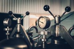 Manómetro en el tanque de acero en fábrica moderna de la cervecería foto de archivo libre de regalías