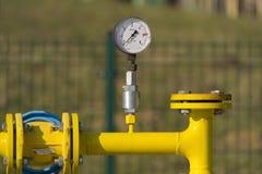 Manómetro en el tubo de gas Foto de archivo libre de regalías