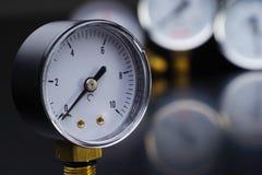 manómetro en foco Un indicador de presión en el fondo de otros instrumentos Imagen de archivo