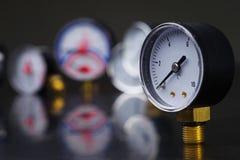 manómetro en foco Un indicador de presión en el fondo de otros instrumentos Fotos de archivo