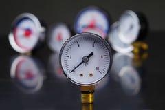 manómetro en foco Un indicador de presión en el fondo de otros instrumentos Fotografía de archivo libre de regalías