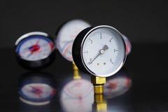 manómetro en foco Un indicador de presión en el fondo de otros instrumentos Imagenes de archivo