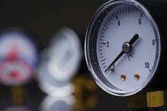 Manómetro en primer Un indicador de presión en el fondo de otros instrumentos Imagen de archivo
