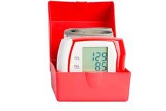 Manómetro vermelho em uma caixa Foto de Stock