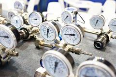 Manómetros de los indicadores de presión para el abastecimiento de agua Fotografía de archivo