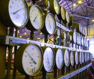 Manómetros en la central eléctrica Fotos de archivo libres de regalías