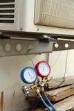 Manómetros para los acondicionadores de aire de relleno Fotos de archivo