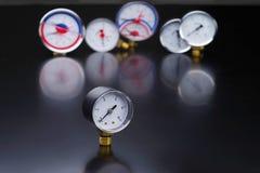 manômetro no foco Um calibre de pressão no fundo de outros instrumentos Fotografia de Stock Royalty Free
