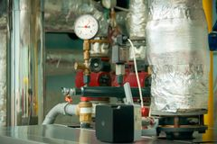 Manômetro - sensor da pressão na sala de caldeira Sensor com as setas pretas e vermelhas As setas mostram muita pressão foto de stock