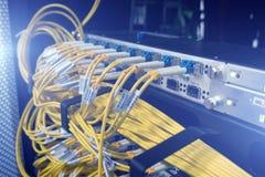 Manöverenhet för optiskt kontaktdon för fiber Fiberkabelserve med teknologistil mot optisk bakgrund för fiber Arkivfoto