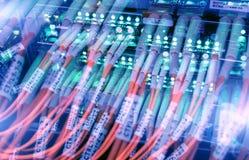 Manöverenhet för optiskt kontaktdon för fiber Fiberkabelserve med teknologistil mot optisk bakgrund för fiber Royaltyfri Foto
