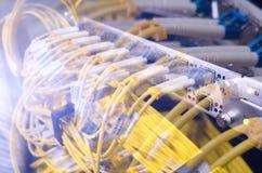 Manöverenhet för optiskt kontaktdon för fiber Fiberkabelserve med teknologistil mot optisk bakgrund för fiber Royaltyfria Foton