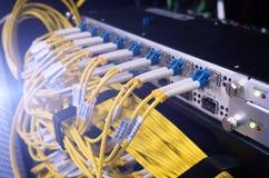 Manöverenhet för optiskt kontaktdon för fiber Fiberkabelserve med teknologistil mot optisk bakgrund för fiber Arkivfoton