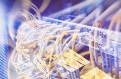 Manöverenhet för optiskt kontaktdon för fiber Fiberkabelserve med teknologistil mot optisk bakgrund för fiber Arkivbild