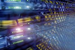 Manöverenhet för optiskt kontaktdon för fiber Fiberkanalswich Avskiljer datoren i en kugge på den stora datorhallen royaltyfri fotografi