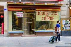 Man övergående av ett stängt återförsäljnings- shoppar framme Royaltyfri Foto