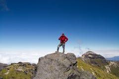 Man överst av berg Arkivfoton