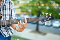 Man& x27 χέρι του s με μια ακουστική βαθιά κιθάρα Στοκ φωτογραφία με δικαίωμα ελεύθερης χρήσης