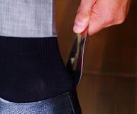Man& x27 крупного плана; черная s официально обувает, используя рожок ботинка для того чтобы положить их дальше, люди получая оде Стоковые Изображения RF