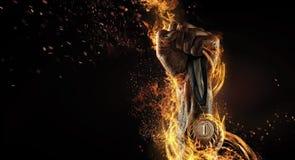 Man& x27; рука s задерживая медаль трофея Стоковые Фото