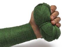 Man& x27; рука s и зеленая пряжа изолированные на белой предпосылке crochet r стоковое фото