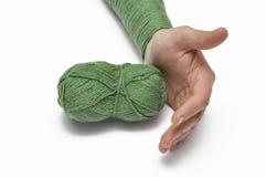 Man& x27; рука s и зеленая пряжа изолированные на белой предпосылке crochet r стоковое изображение