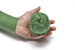 Man& x27; рука s и зеленая пряжа изолированные на белой предпосылке crochet r стоковая фотография rf