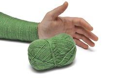 Man& x27; рука s и зеленая пряжа изолированные на белой предпосылке crochet r стоковая фотография