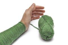Man& x27; рука s и зеленая пряжа изолированные на белой предпосылке crochet r стоковое фото rf