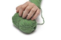 Man' рука s и зеленая пряжа изолированные на белой предпосылке crochet r стоковая фотография rf