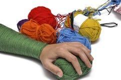 Man& x27; рука s и покрашенная пряжа изолированные на белой предпосылке crochet r стоковая фотография