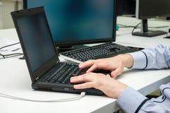 Man& x27; руки s печатая на компьтер-книжке цифрово произведенный высокий интернет res изображения занимаясь серфингом Стоковое Изображение RF