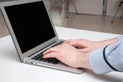 Man& x27; руки s печатая на компьтер-книжке цифрово произведенный высокий интернет res изображения занимаясь серфингом Стоковые Фотографии RF