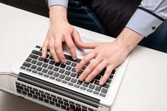 Man& x27; 键入在膝上型计算机的s手 数位被生成的喂图象互联网res冲浪 库存照片