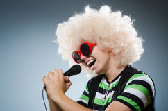Man in afrowig singing Royalty Free Stock Photos