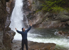 Man anseendet i beröm framme av Glen Ellis Falls på Pinkham N Royaltyfri Bild