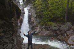 Man anseendet i beröm framme av Glen Ellis Falls på Pinkham N Royaltyfri Foto