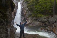 Man anseendet i beröm framme av Glen Ellis Falls på Pinkham N Arkivfoton