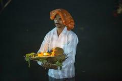Man anseendet i flodvatten på chhatpujaen Royaltyfria Foton
