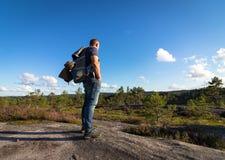 Man anseendet i vildmarken, skoglandskapet i Norge med blå himmel och moln Fotografering för Bildbyråer
