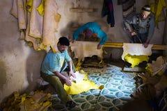 Man arbete i en garveri i staden av Fez i Marocko Arkivfoto