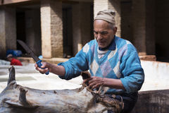 Man arbete i en garveri i staden av Fez i Marocko Arkivbild