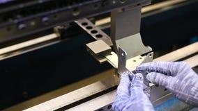 Man arbete med hjälpmedel för arkmetall och sakkunnigmaskinför att böja plats Moderna maskiner kan exakt utföra uppgifter lager videofilmer