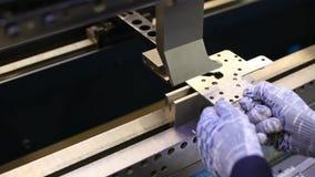 Man arbete med hjälpmedel för arkmetall och sakkunnigmaskinför att böja plats Moderna maskiner kan exakt utföra uppgifter arkivfilmer
